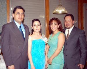 Miriam Barker Berumen y Óscar Martínez Reyes en compañía de los anfitriones de su despedida de solteros Adriana Loredo y Édgar Barker Berumen.