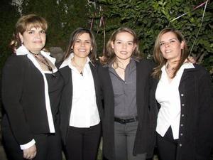 Silvia Padilla acompañada por sus hermanas Yolanda, Érika y Rosy, el día que festejó su cumpleaños.