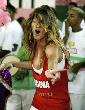 La modelo Gisele Bundchen fue una de las celebridades encargadas de abrir el Carnaval de Río de Janeiro en un barrio pobre.