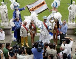 En el Carnaval de 2004 parecen haberse impuesto más que nunca unas reglas comerciales no escritas que en los últimos años han llevado a muchas de las escuelas de samba a ofrecer sus desfiles como medio de promoción de empresas y hasta de intereses partidistas.