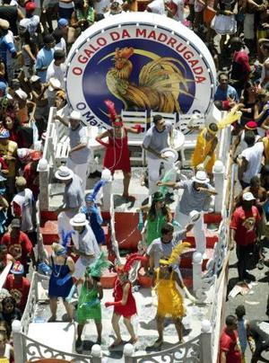 """Mientras el monarca del Carnaval, vestido en blanco y azul simbolizando la paz y su reina """"mulata"""", sobre tacones de más de 20 centímetros, sostenían la enorme llave simbólica, el sonido de los tambores de ruidosas procesiones llenaba las calles del centro de la ciudad, atrayendo a trabajadores y turistas en el inicio de las celebraciones."""