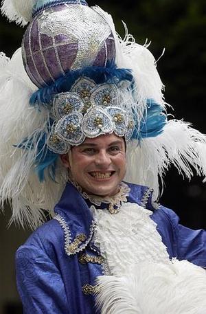 Río de Janeiro se rindió a la celebración de su mundialmente famoso Carnaval, mientras un Rey Momo, que rompió la tradición con su esbeltez, recibió bailando samba la llave de la ciudad donde reinará durante cinco días de fiestas interminables.