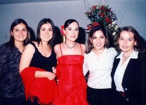 Itziar Muguerza Rpdríguez en compañía de sus amigas, quienes estuvieron en su fiesta de despedida.