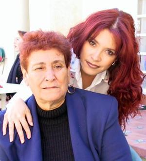 July Tellez junto a su mamá Conchita Serrano en pasado acontecimiento social.