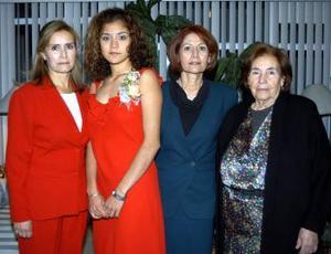 Cindy Gianinna Alvarado Herrera acompañada de algunas de las asistetnes a su despedida de soltera realizada con motivo de su cercano matrimonio.