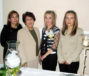 <b><u> 21 de febrero </u> </b><p> Marisol Jiménez Rodríguez acompañada de Reyna R. de Jiménez, Mariana de Martínez y Rocío de García en su despedida de soltera.