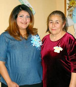 Irma Ríos de Mejía acompañada de María Cruz de Ibarra en la fiesta de regalos que se le organizó en días pasados