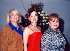 Itziar Murgueza con las anfitrionas de su fiesta de despedida María Elena Gutiérrez y Avelina Rodríguez.
