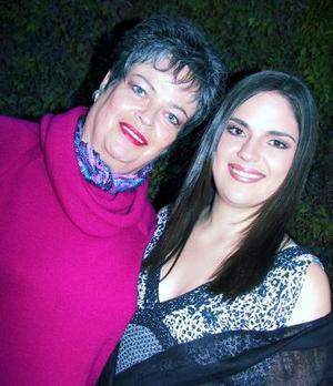 Laura Sosa Montemayor junto a Beatriz Montemayor anfitriona de su despedida