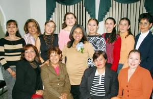 Cristy Calzada de Díaz con algunas de las asistentes a su fiesta de canastilla.