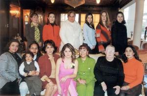 Jessica Guzmán Méndez en su primera despedida de soltera aconmpañada por las asistentes a su fiesta.