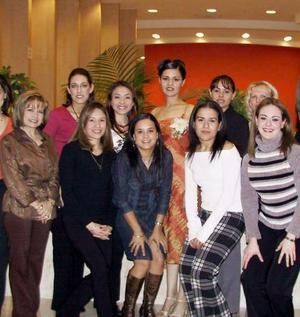 Graciela Reyes Cedillo rodeada de un grupo de amigas en el festejo que le ofrecieron por su cercano enlace matrimonial.