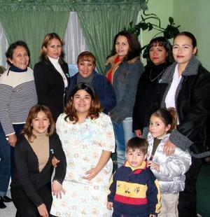 Gabriela Chávez de De Regil acompañada de algunas de las asistentes a su fiesta de regalos.
