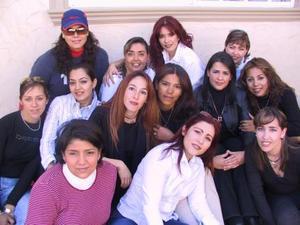 July de Rodríguez rodeada por sus amigas Maricarmen, Rocío, Mirna, Nena, Alicia, Belinda, Karina, Mirna, Rosa, Aracely y Gaby el día que festejó su cumpleaños.