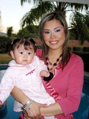 Massiel Manzanera de Anaya con su pequeña Isabella Anaya Manzanera en pasado acontecimiento social.