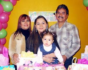 Cristel Rodríguez Nava acompañada en su fiesta de cumpleaños junto a su mamá Shalia Rodríguez y sus abuelitos Lilia de Rodríguez y Roberto Rodríguez.