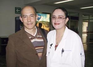 Ernesto Moreno arribó a la ciudad de México y fue recibido por Elsa Velasco.