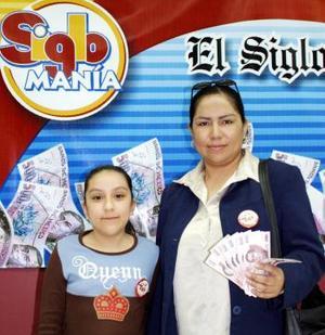 Cecilia Villalobos Gutiérrez acompañada de su pequeña hija asistió a las instalaciones de El Siglo de Torreón al igual que los demás participantes a recoger su premio.