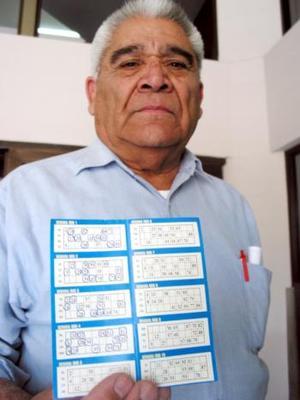 """El segundo ganador fue Antonio Velázquez Macías de la colonia Bella Vista; cuando él lee el periódico, le gusta acomodarlo por secciones: """"el día que me enteré de que era ganador leía una por una, al terminarlas aparté la sección de Deportes, fui por mis tarjetas (que son ocho) y comencé a 'checarlas', la tarjeta ganadora fue la que revisé primero y la hice a un lado, pensé: ahorita la vuelvo a ver, tal vez se me pasó un número por ahí, revisé las otras y sentía que el corazón me hablaba, me avisaba que algo bueno había en ella, verifiqué nuevamente mi planilla y confirmé que sí era ganador""""."""