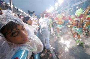 Estas óperas a cielo abierto apoyadas en lujosas carrozas, precisas coreografías, pesados disfraces, pegajosos ritmos de samba y despliegues de tecnología y variadas estéticas son el momento culminante del famoso carnaval carioca.