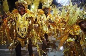 El enorme espectáculo al aire libre que cada año atrae a miles de espectadores reúne a 14 escuelas en una férrea competencia por el título de campeona del carnaval.