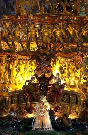 Enormes figuras en actitud sexual pero en parte tapadas, un homenaje en vida a Xuxa y las historias fantásticas del Amazonas desfilaron por el sambódromo de Río de Janeiro, en la presentación de la elite de las escuelas de samba del Carnaval 2004.