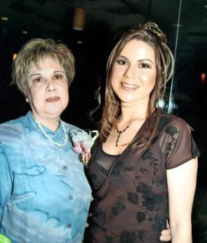 Beatriz Esparza Braña en compañía de su futura suegra la señora Magdalena Orozco Arredondo.