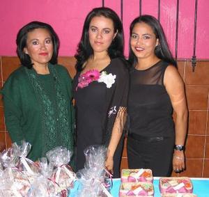 María de los Ángeles Serna Muñoz en compañía de Ángela Muñoz y Salomé Serna organizadoras de su fiesta de despedida.