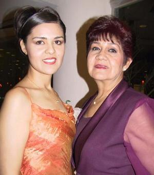 Graciela Reyes Cedillo en su despedida de soltera acompañada por su mamá Graciela Cedillo de Reyes.