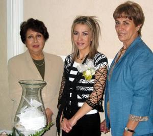 Marisol Jiménez Rodríguez en compañía de Guadalupe Arizpe y Reyna de Jiménez en la despedida de soltera que le organizaron.