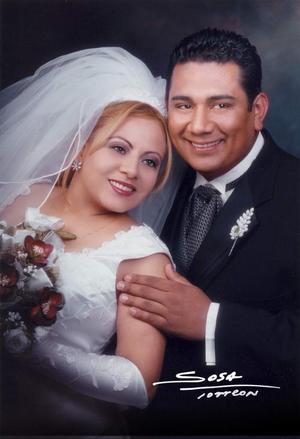 Sr. Pablo Rodríguez Suárez y Srita. Inés Pérez Aguirre contrajeron matrimonio religioso el 14 de febrero de 2004. <p> <i>Studio Sosa</i>