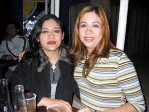 Edith e Irma González Hernández, en un café de la localidad