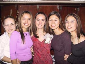 Mónica G. Luna Fernández en su fiesta pre nupcial acompañada por sus amigas Sandra Rivas, Abby Aguirre, Maribel Lozano y Laura Flores.