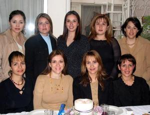 <u><b>22 de febrero</u></b><p> María Luisa Parra de Ortiz acompañada por algunas de las asistentes a su fiesta de canastilla.