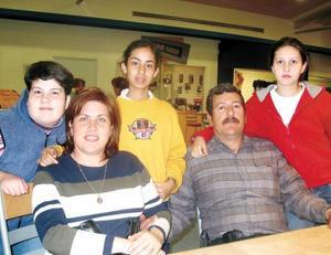 Ernesto García Núñez y Georgina González de García con sus hijas Georgina Adriana, Gilda y Alejandra.