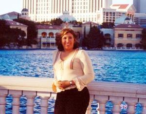Idalia Pérez Mata en el Lago del Hotel Casino durante su visita a Las Vegas, Nevada.