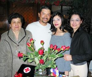 <b><u> 23 de febrero </u> </b><p> Isauro Aguirre y Emilia Moreno, acompañados de Esthela Márquez y Karla Aguirre en la despedida de soltera que se les ofreció en días pasados.