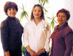 Cintia Contreras de Duclaud acompañada de Blanca lara de Contreras y Ana Bertha de Duclaud en su fiesta de regalos.