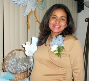 Cristy Calzada de Díaz captada en la fiesta de regalos que le organizaron con motivo del próximo nacimiento de su bebé.