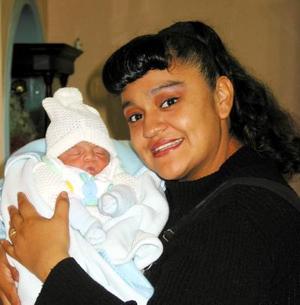 Lorena Valles de Pérez acompañada de su pequeño bebé en la fiesta de bienvenida que se le ofreció en días pasados.