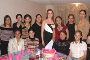 Bety Esparza en compañía de sus amigas asistentes a la despedida de soltera que le ofrecieron.