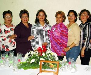 <u><b>25 de febrero</u></b><p> Blanca Leticia Bernal Frayre en compañía de algunas asistentes a su despedida de soltera.
