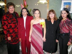 Norma Garay Martínez compañada de las anfitrionas a su fiesta de despedida de soltera Gloria Pérez, Rosy Pérez, Olga Garay y Bernarda Martínez.