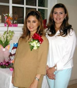 <b><u>25  de febrero </b></u><p> Rocío Cuellar acompañada con la anfitriona de su fiesta de canastilla, Nora de De la Torre.