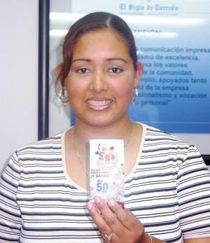 """Ana Lilia Gómez es otra feliz ganadora, nos comenta que es lectora de El Siglo de Torreón desde hace tres meses, comenzó a jugar en la segunda semana con tres tarjetitas, se dedica al hogar y tiene una niña de tres años que se llama Leslie, """"nunca había participado en juegos como la Siglomanía y lo hice sólo por curiosidad""""."""