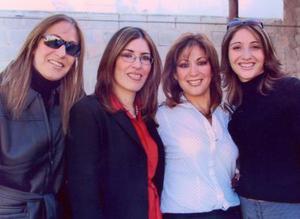 <b><u>24 de febrero</b></u><p> Olga Pámanes, Gabriela Pámanes, María Eugenia Pámanes y Adriana Pámanes, hermanas reunidas en pasado acontecimiento social.