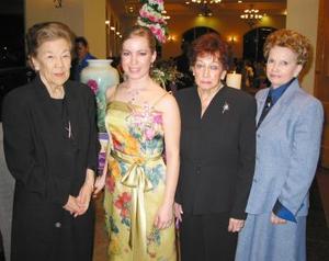 Claudia Valdés en compañía de su abuelitas las señoras Yolanda Maruza y Delfina durante su despedida de soltera
