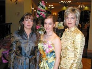 <u><b>24 de febrero</u></b><p> Claudia Valdés García acompañada de las organizadoras de su despedida de soltera, las señoras Claudia García y Sylvia Garza.