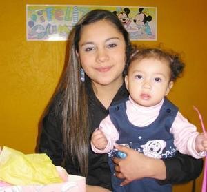 Cristel Rodríguez en compañía de su mamá Shaila Rodríguez en la fiesta de cumpleaños que le organizó por su primer año de vida.