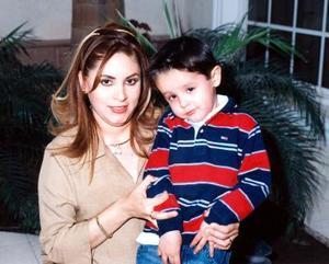 El pequeño Alejandro Garza Cuéllar acompañó a su mamá en su fiesta de canastilla.